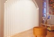 Vertikální žaluzie v obloukových prostorech